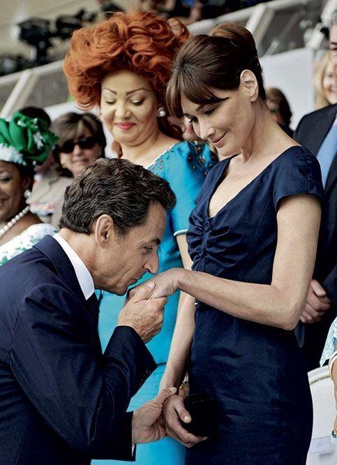 Le 14 juillet 2010, dans la tribune officielle, baisemain présidentiel sous les yeux de la première dame du Cameroun, Chantal Biya.