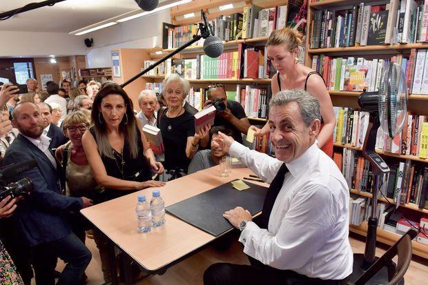 """A la librairie Lamartine, 600 lecteurs sont venus faire signer leur exemplaire de """"Passions"""" par Nicolas Sarkozy."""