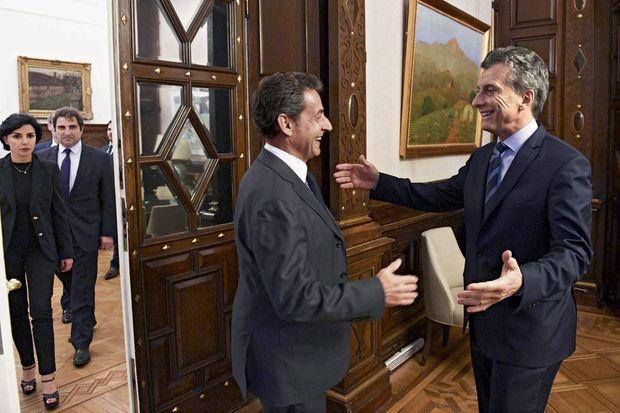 Mauricio Macri, chef de l'Etat argentin, accueille Nicolas Sarkozy suivi de Rachida Dati et Christian Jacob à la Casa Rosada, au palais présidentiel, le 5 mai.