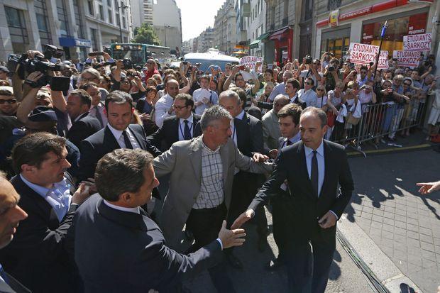 Le 8 juillet 2013, Jean-François Copé accueille Nicolas Sarkozy au siège de l'UMP. Le parti est pris à la gorge par les dettes liées à la campagne de 2012. L'affaire Bygmalion n'a pas encore éclaté à l'époque.