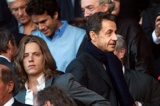 """A la rentrée 2012, les Français redécouvrent leur ancien président décontracté, avec une barbe de trois jours, dans les tribunes du Parc des Princes. C'est l'heure de Sarkozy le conférencier et des """"cartes postales""""."""