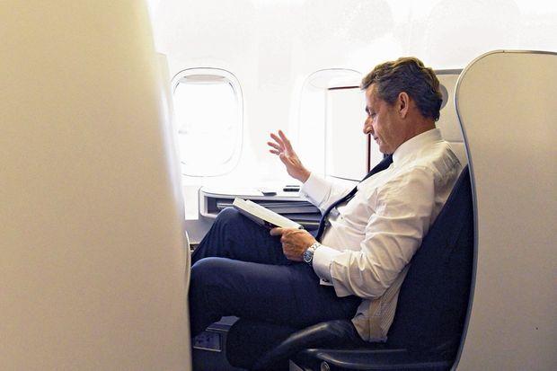 Nicolas Sarkozy lit le « Quatuor d'Alexandrie », de Lawrence Durrell, à bord de l'avion du retour, vendredi 6 mai.