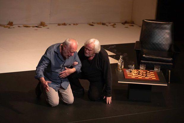 François Berléand et Niels Arestrup sur la scène du théâtre des Bouffes Parisiens.