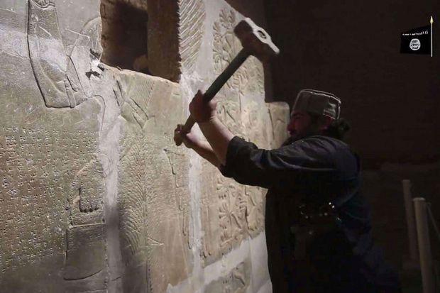 Capture d'écran d'une vidéo du groupe terroriste Etat islamique datant du 11 avril dernier. A Nimrud, sur le site d'une ancienne cité assyrienne, les djihadistes ont détruit des vestiges d'une valeur inestimable, utilisant même des bulldozer et des explosifs.