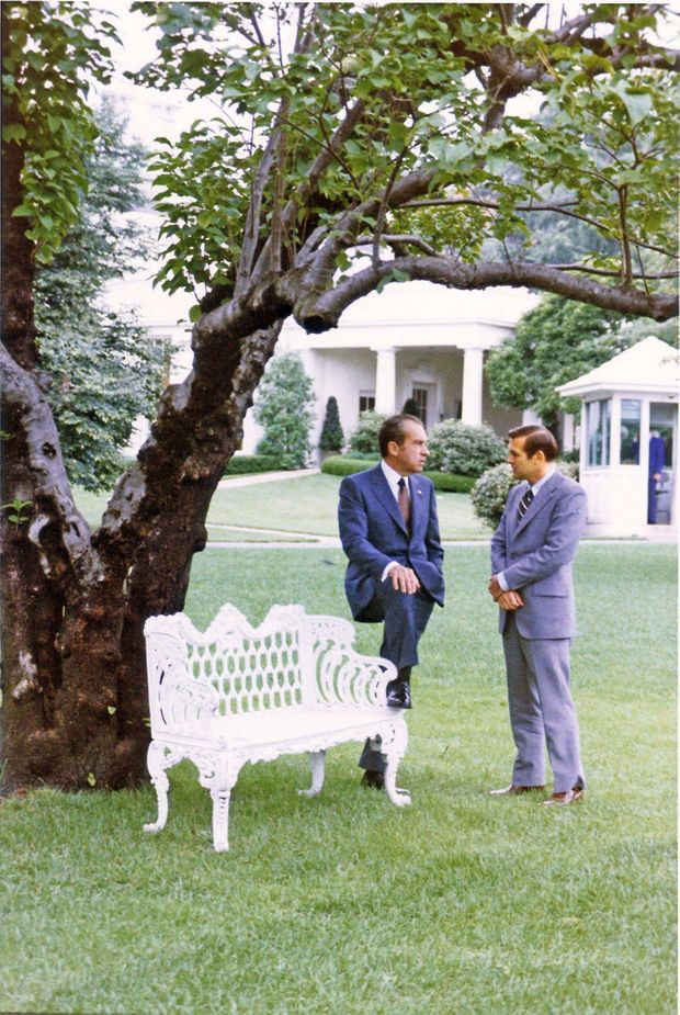 Le président Richard Nixon et son conseiller Donald Rumsfeld, dans les jardins de la Maison Blanche, en juillet 1972.