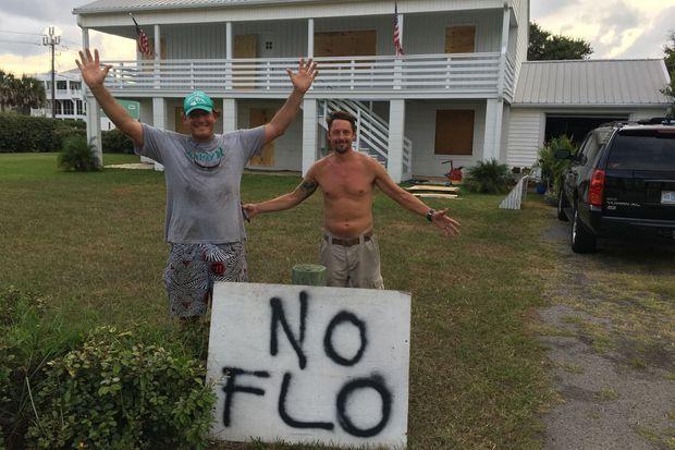 «No Flo» : Mason Cox (a gauche) et son beau frère Brian Fox ne veulent «pas de Florence». Derrière eux, leur maison barricadée.