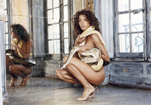 Noémie Lenoir pose nue pour Paris Match en 2004.