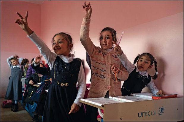 Nour, 9 ans (au centre), est revenue à l'école depuis quinze jours. Elle a été grièvement brûlée lorsqu'une femme kamikaze s'est fait exploser près d'elle.
