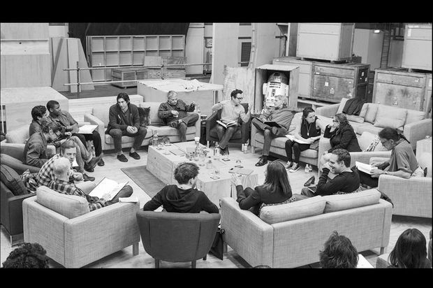 Daisy Ridley est installée entre Harrison Ford et Carrie Fisher.