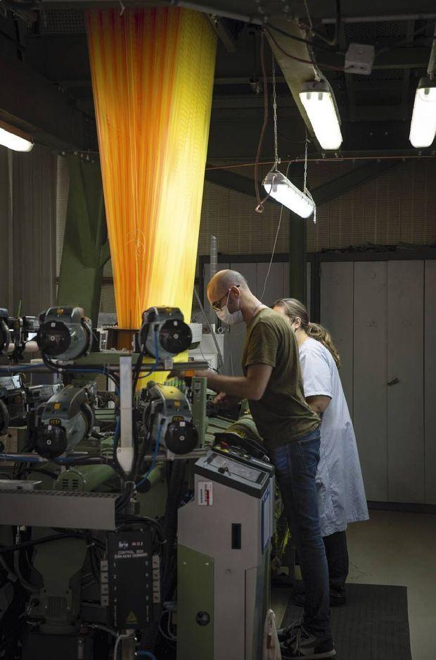 Chez Prelle, dernier soyeux de Lyon, deux techniciens à la production sur un métier électronique. L'entreprise a su créer une synergie incroyable entre patrimoine et haute technologie