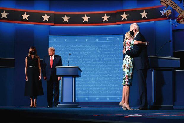 Le couple Biden affiche sa tendresse devant les Trump au garde-à-vous. Nashville, Tennessee, le 22 octobre.