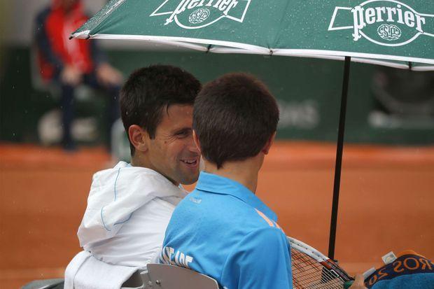 Novak Djokovic partage un moment complice avec un ramasseur de balles.