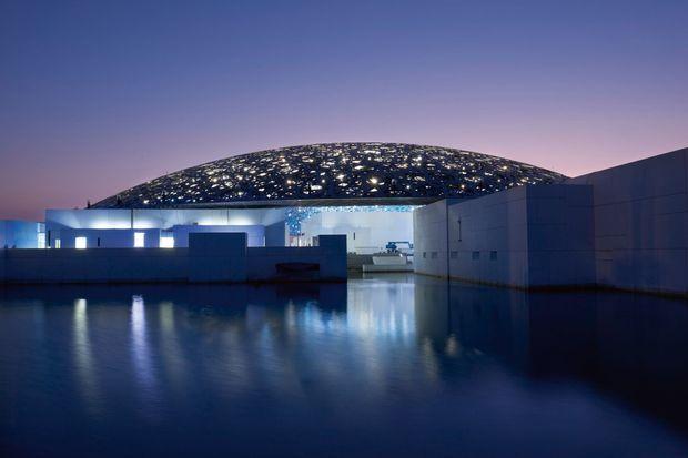Le Louvre Abu Dhabi de nuit.
