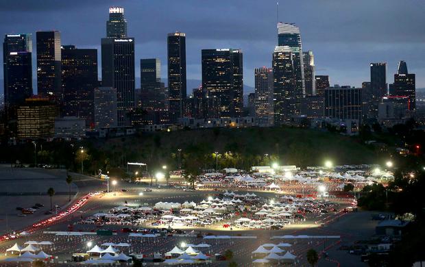 Objectif : 12 000 injections par jour pour les plus de 65 ans et le personnel de santé. Au Dodger Stadium de Los Angeles.