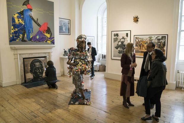 Espace dédié à l'October Galery au 1:54 avec au centre une oeuvre du sculpteur nigérian Sokari Douglas Camp