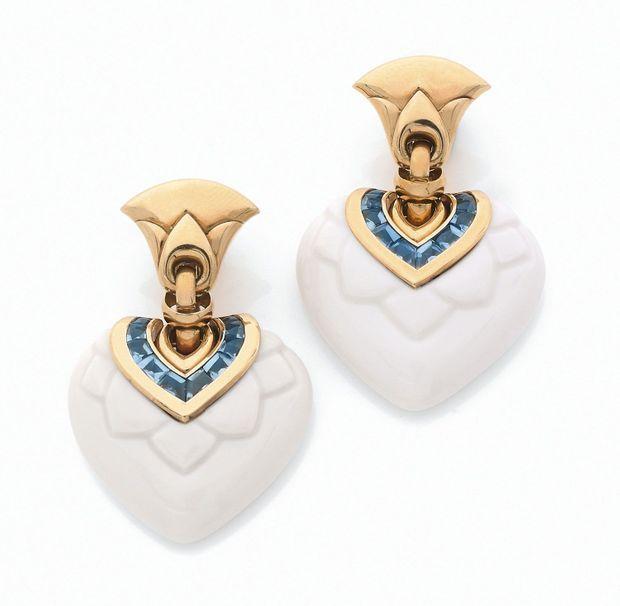 Bulgari. Circa 1995, ces boucles d'oreille Chandra en porcelaine blanche, or et topazes bleues sont parties à 3 250 euros cette année sous le marteau d'Artcurial.