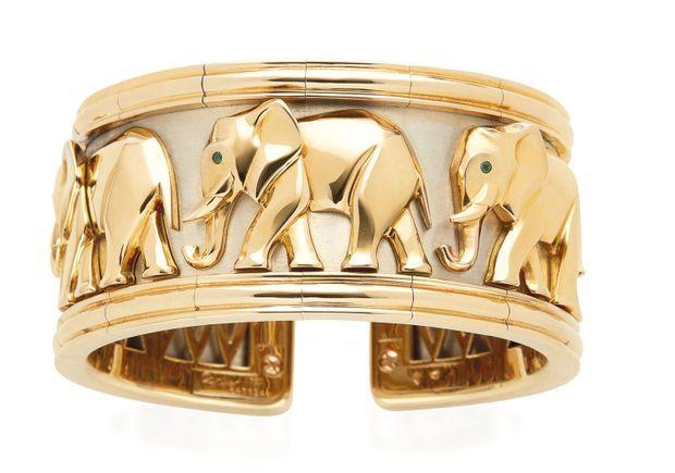 Cartier. Cette manchette en or à motif d'éléphants fabriquée par Cartier au début des années 1990 a été adjugée à son estimation basse, 10 000 euros, par Christie's.