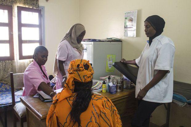 Au Sénégal, la sensibilisation aux droits reproductifs et sexuels passe par les infirmières du planning familial. Ici, près de Dakar.