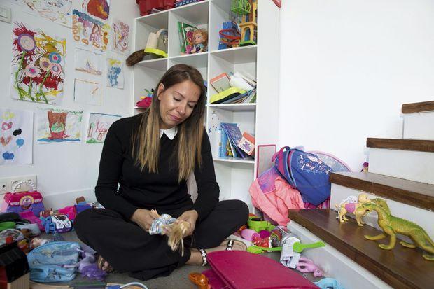 Des dessins et des jouets : Hanan veut offrir à Lola plus qu'un refuge, une vie normale.