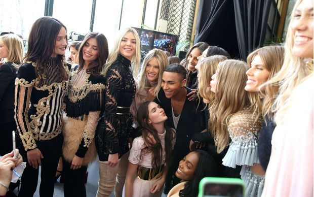 Olivier Rousteing entourée des tops Kendall Jenner, Alessandra Ambrosio, Rosie Huntington Whiteley, Cindy Bruna, Joan Smalls