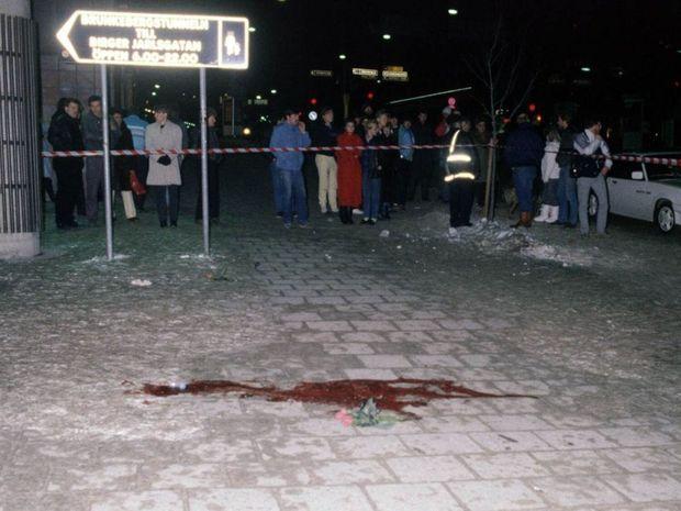« Sur l'avenue Sveavägen, grande artère de Stockholm, une tache de sang là où Olof Palme a été abattu de deux balles dans le ventre, alors que sa femme Lisbet et lui rentraient chez eux, marchant seuls dans les rues, peu avant minuit. Une mort anonyme devant de rares témoins qui n'imaginent pas un instant que ce passant était leur Premier ministre. » - Paris Match n°1920, 14 mars 1986.