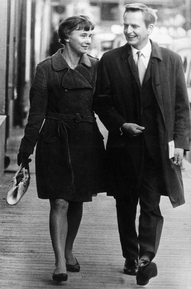 Olof Palme avec son épouse Lisbet dans les rues de Stockholm en 1969.