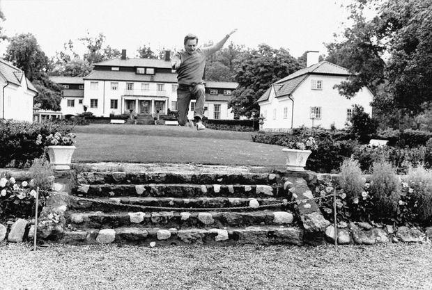 Le Premier ministre suédois Olof Palme fait du sport dans son jardin en septembre 1973 à Stockholm.