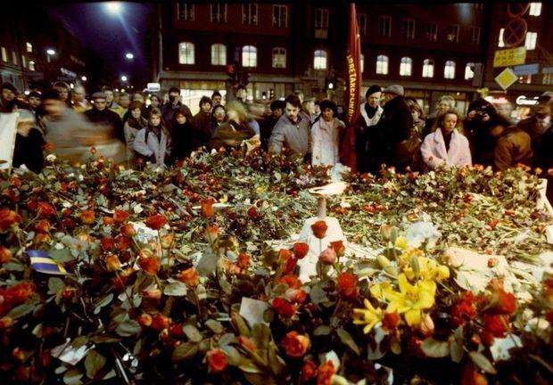 L'hommage des Suédois au Premier Ministre Olof Palme, sur les lieux de son assassinat.