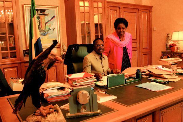Omar Bongo dans son bureau présidentiel en novembre 2005. Sa fille Pascaline est alors directrice du cabinet.
