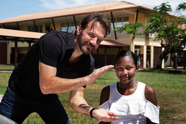 On tourne ! Samuel le Bihan, au lycée de Kourou, avec Lissia, 16 ans et demi, mère d'Aelann, 1 an. Diffusion de son interview le 15 mars sur toutes les chaînes de France Télévisions.