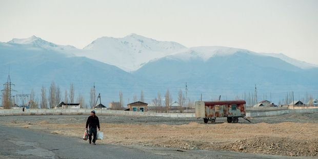 On transporte ses fardeaux à pied, au nord de la ville, bordée de sommets enneigés jusqu'à l'été.