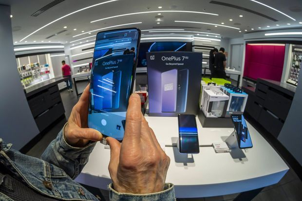 Dans un magasin T-Mobile à New York, en mai dernier, un visiteur découvre le OnePlus 7 Pro.