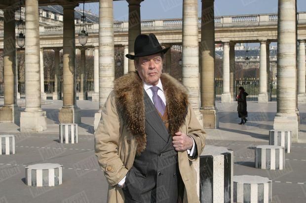 Henri d'Orleans, comte de Paris, le 1er mars 2004, dans la cour d'honneur du Palais Royal devant les colonnes de Buren.