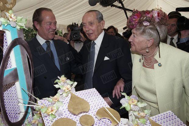 Le 6 juillet 1998, Henri d'Orléans, père, célèbre ses 90 ans au château d'Amboise dans le Val de Loire, ici entouré de son fils Henri et de son épouse Isabelle d'Orléans-Bragance, devant le gâteau décoré de fleurs de lys.