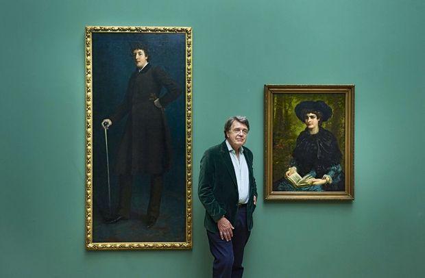 Merlin Holland entre ses grand-parents au Petit Palais: Oscar Wilde peint par Harper Pennington en 1884 et Constance Lloyd avant son mariage, en 1882, par Louis Desange.
