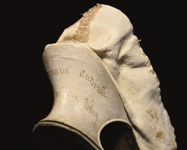 Détail de l'inscription sur le talon du soulier de la reine Marie-Antoinette mis en vente aux enchères le 15 novembre 2020 à Versailles par la Maison Osenat