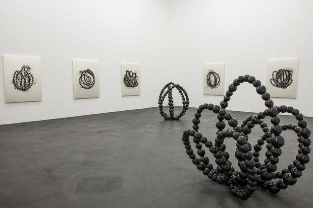 A Sète, dessins et sculptures : les grands colliers de perles.