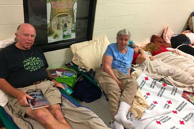 Frank White et sa belle-mère attendent l'ouragan dans une école de Hampstead, en Caroline du Nord.