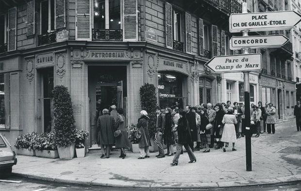 Ouverte en 1920 au 18, boulevard de La Tour-Maubourg, à Paris, la boutique Petrossian n'a jamais changé de façade. Ici dans les années 1970