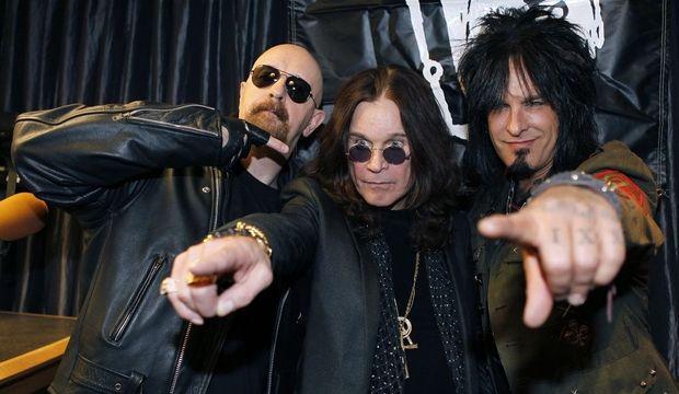 Ozzy Osbourne, entouré de Rob Halford (à g.) et Nikki Sixx-