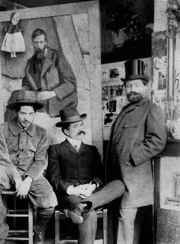 Pablo Picasso (à g.) dans son atelier du boulevard de Clichy avec Pedro Mañach et Torres Fuster, 1901.