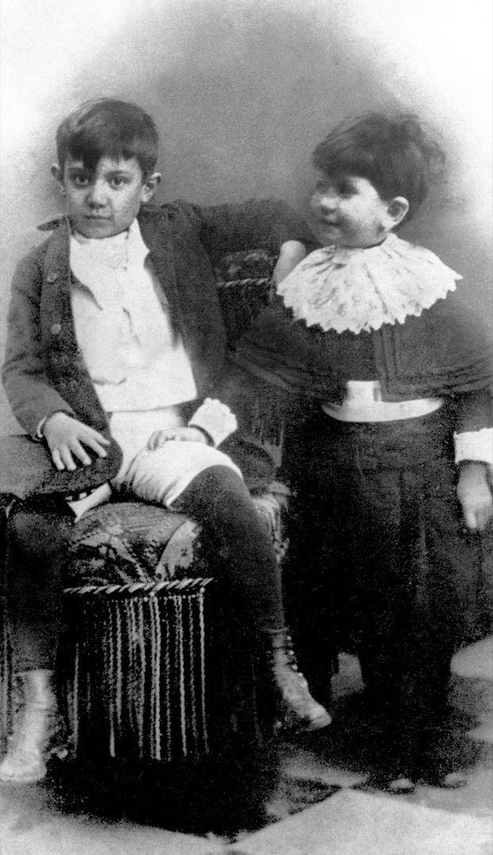 Pablo Picasso (à g.) à l'âge de 7 ans, avec sa soeur Lola, en 1888 à Malaga.