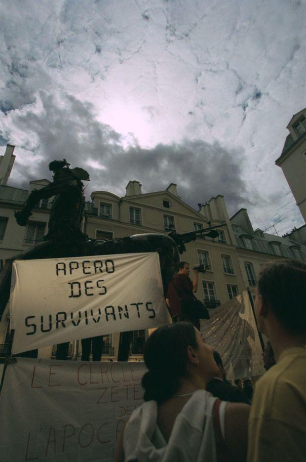 «L'apéro des survivants», organisé devant la boutique de Paco Rabanne à Paris, lors de l'éclipse totale de Soleil, le 11 août 1999.