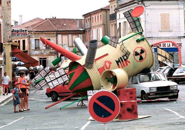 Une sculpture moquant la prédiction de Paco Rabanne, représentant la station spatiale Mir écrasée devant l'Hôtel de Ville de Samatan, dans le Gers, au lendemain de l'éclipse de Soleil, le 12 août 1999.
