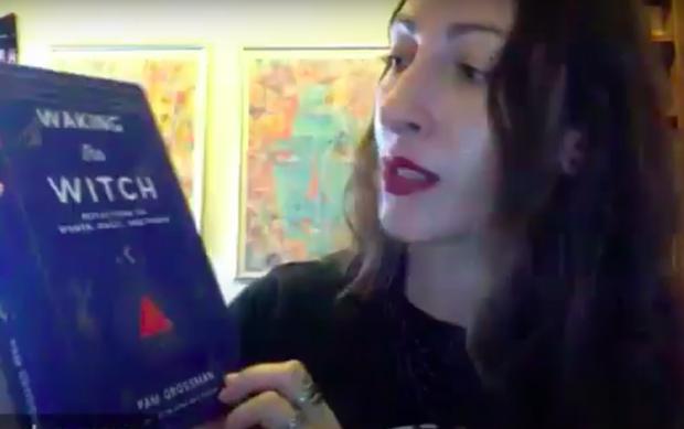 """Pam Grossman lors d'une interview sur YouTube avec son livre """"Waking the witch"""", Réveiller une sorcière."""