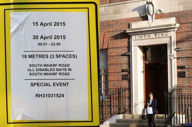 Des restrictions de stationnement ont été apposées devant l'hôpital St Mary à Londres