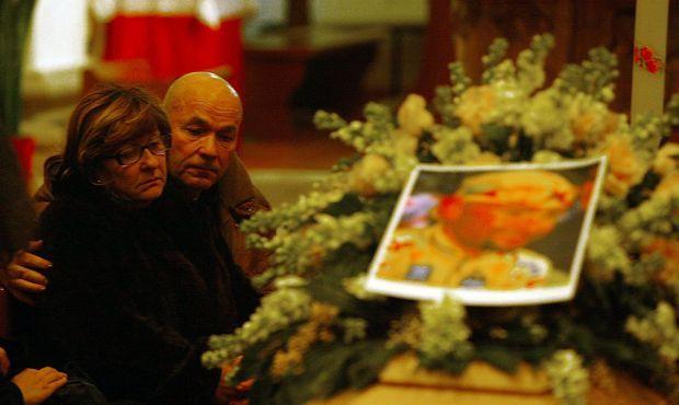 17 février 2004 : Paolo et Tonina Pantani pleurent leur fils en l'église San Giacomo de Cesenatico.