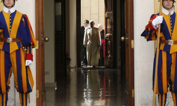 Le souverain pontife est venu jusqu'au seuil saluer le couple royal quittant le Vatican
