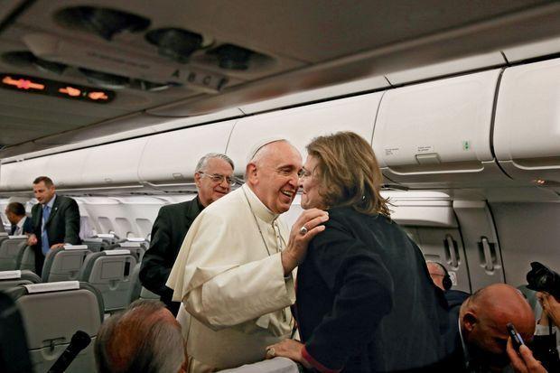 Le Pape accueille chaleureusement les quelques journalistes privilégiés dans son avion, en particulier Caroline Pigozzi.