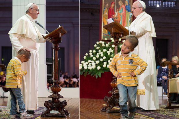 Le petit Didier n'a pas voulu quitter la scène et est resté aux côtés du souverain pontife.